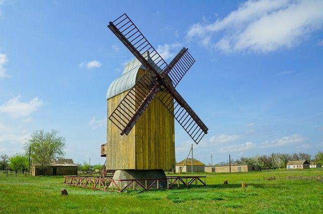 Мельница в селе Большое Ремонтное Ростовской области возвышается в степи как гигантский исполин.