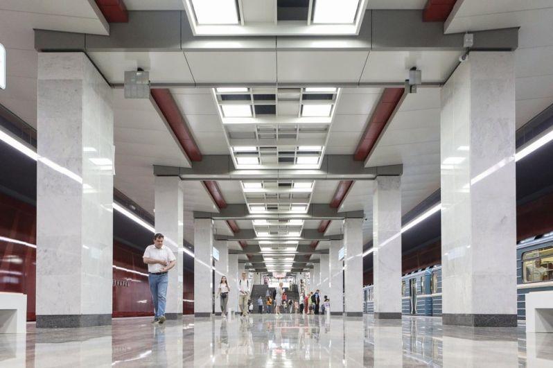 В отделке «Коммунарки» также использован гранит и мрамор, основным декоративным элементом станции стал светильник-решетка в центральном пролете на всем протяжении платформы и кассового зала вестибюля.