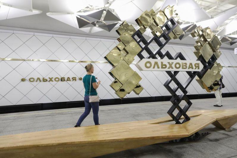Станция «Ольховая» отделана в стиле оригами с использованием гранита черных и серых тонов, а также белого мрамора.
