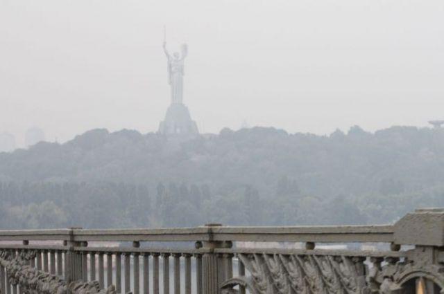 Уровень загрязнения воздуха диоксидом азота в некоторых районах Киева на 21 июня превышает норму в шесть раз.