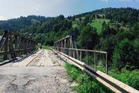 В Карпатах после грозы обрушился железобетонный мост между селами.
