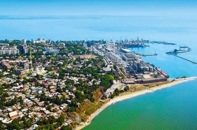 Таганрогский залив самый мелкий в Азовском море, но это не останавливает туристов, желающих здесь искупаться.