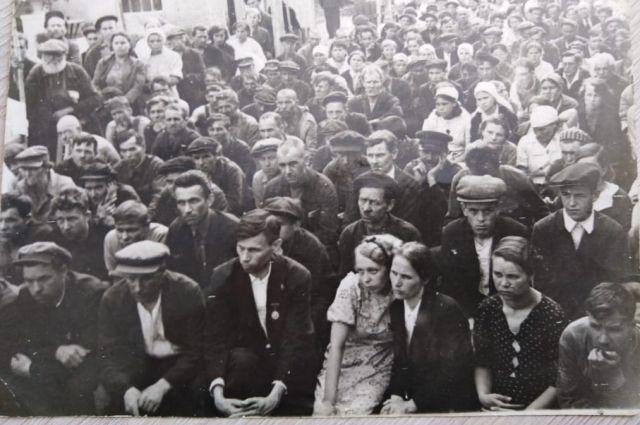 Митинг рабочих Казанского валяльно-войлочного комбината в первые дни войны.