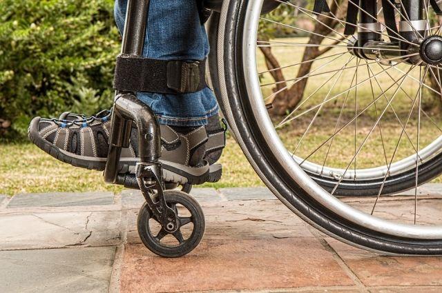 Участники поверили себя на умение фигурно водить инвалидную коляску, метали мячи и дротики.