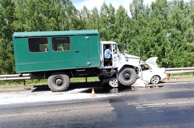 По предварительной версии правоохранителей, водитель автомобиля «Газ» грубо нарушил правила дорожного движения, выехав на встречную полосу.