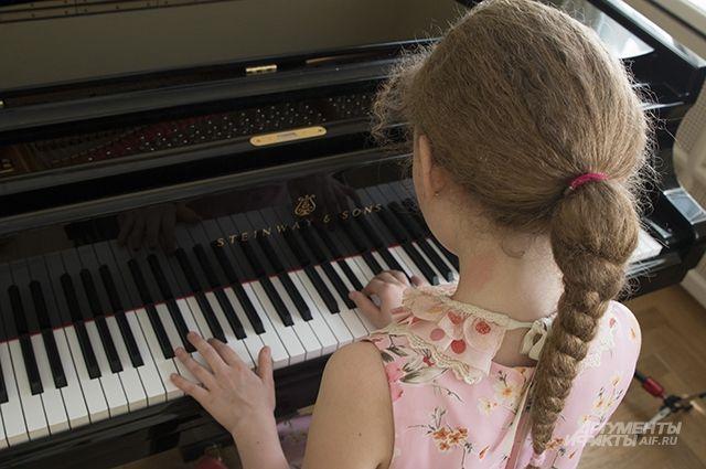 Дети должны оценить качество звучания новых инструментов.