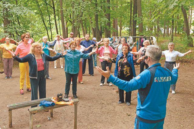 Щукинские пенсионеры осваивают цигун подруководством инструктора Михаила.