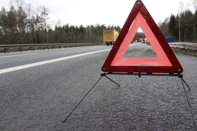 Водитель ВАЗа погиб, въехав в пост ГИБДД на тюменской трассе