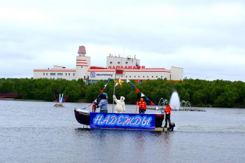 Все собравшиеся стали свидетелями яркого водного шоу яхт и катамаранов.