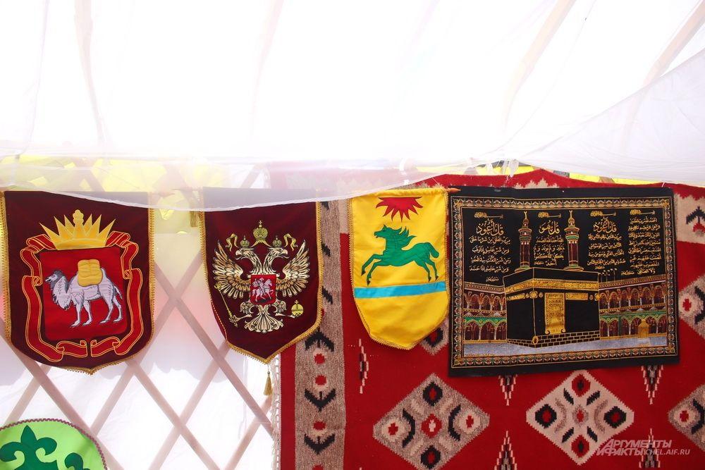 Украшение юрты - различные вышивки.