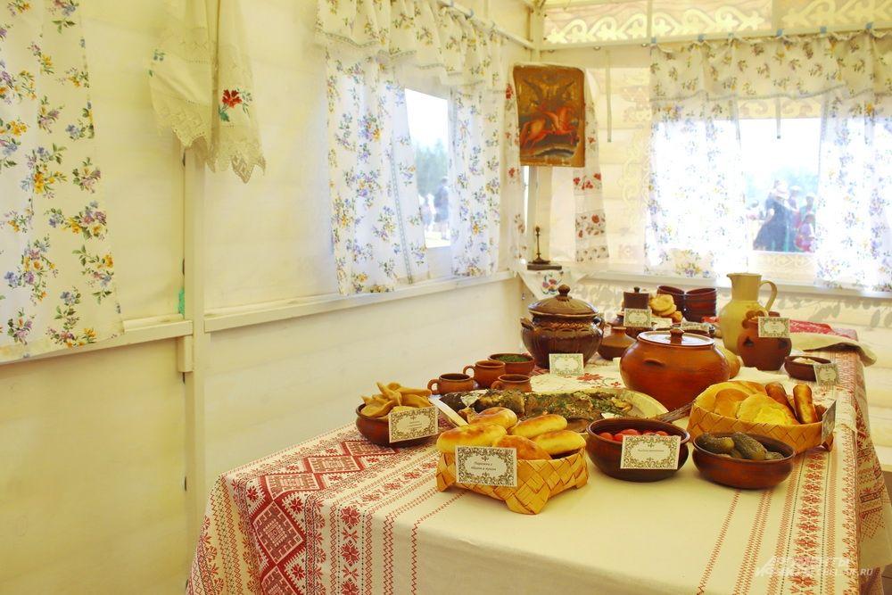 Русская изба в Уральском поселении: стол накрыт для дорогих гостей.