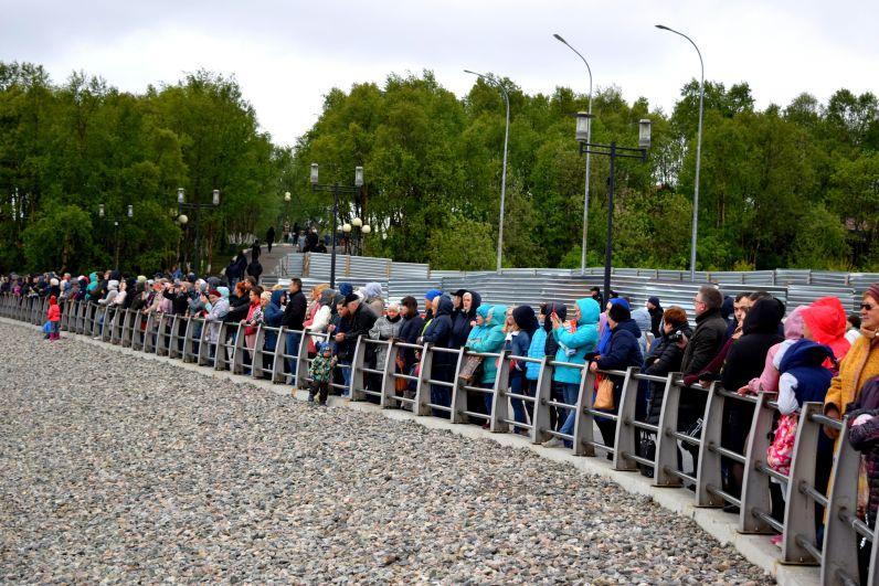 Вчерашних школьников пришли поздравить сотни северян.