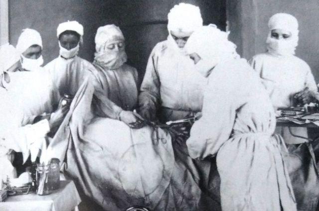 М.Л. Шулутко, врач-хирург окрбольницы на операции, 1949 г. Из книги