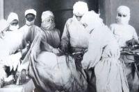 """М.Л. Шулутко, врач-хирург окрбольницы на операции, 1949 г. Из книги """"Доктора земли обетованной"""""""