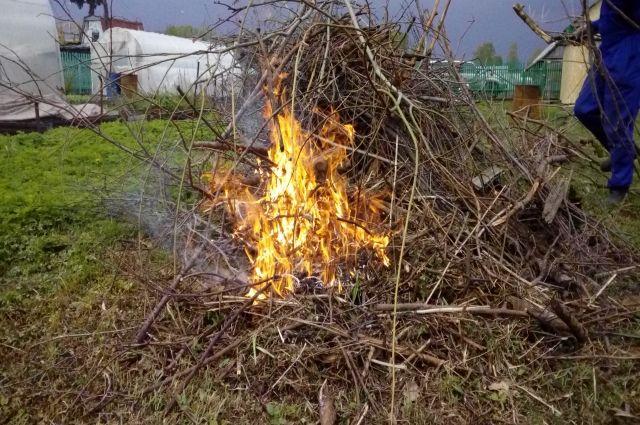 Женщина поскользнулась и упала в огонь. На ней загорелась одежда.