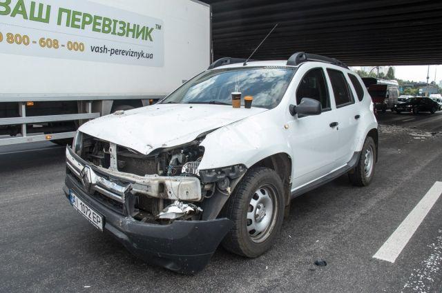 В Киеве на проезжающий автомобиль упала часть моста