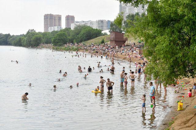 Плавать можно и вМоскве-реке, и вбассейнах, расположенных на берегу.