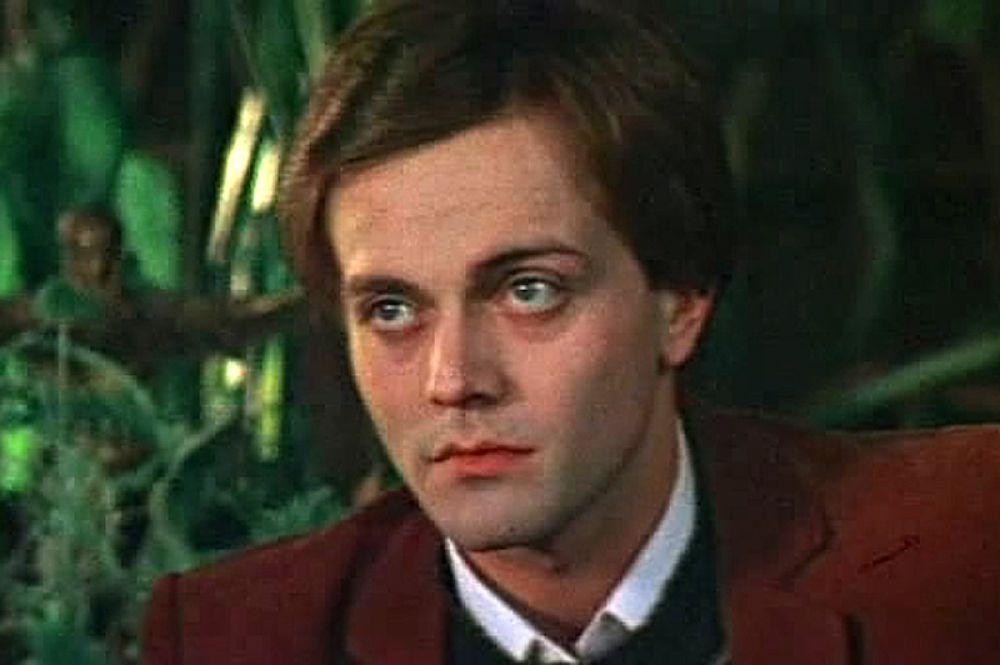 """В роли Ланселота Фортескью в фильме «Тайна """"Чёрных дроздов""""», 1983 год."""