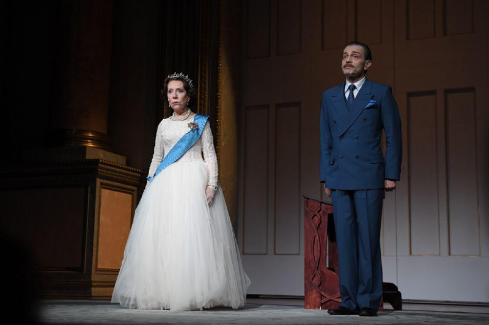Андрей Харитонов в роли Гарольда Макмиллана и Инна Чурикова в роли Королевы Елизаветы II в сцене из спектакля «Аудиенция» в Театре Наций в Москве, 2017 год.
