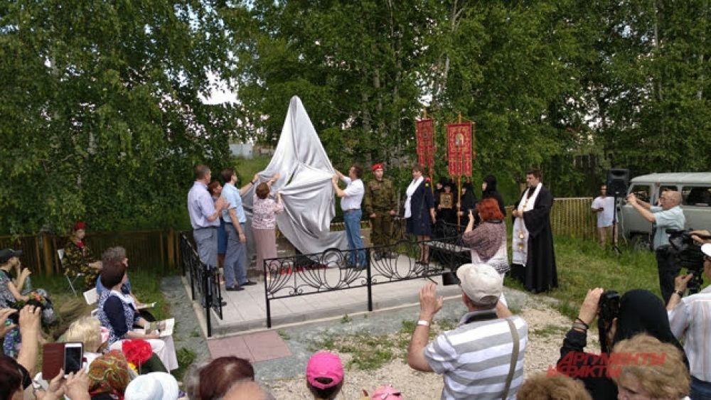 Когда все речи были произнесены, организаторы показали памятник людям.