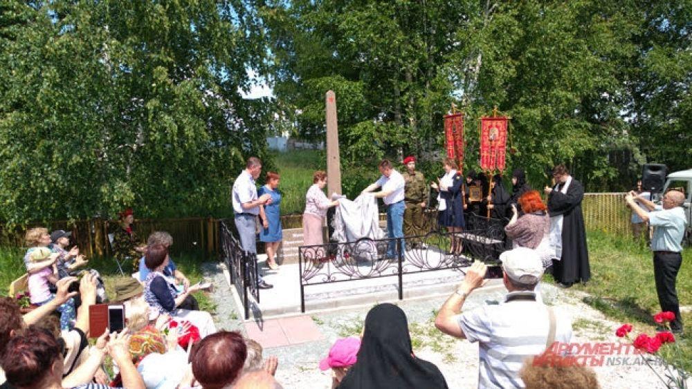 Гости мероприятия запечатлели стеллу и момент ее открытия на фотокамеры мобильных телефонов.