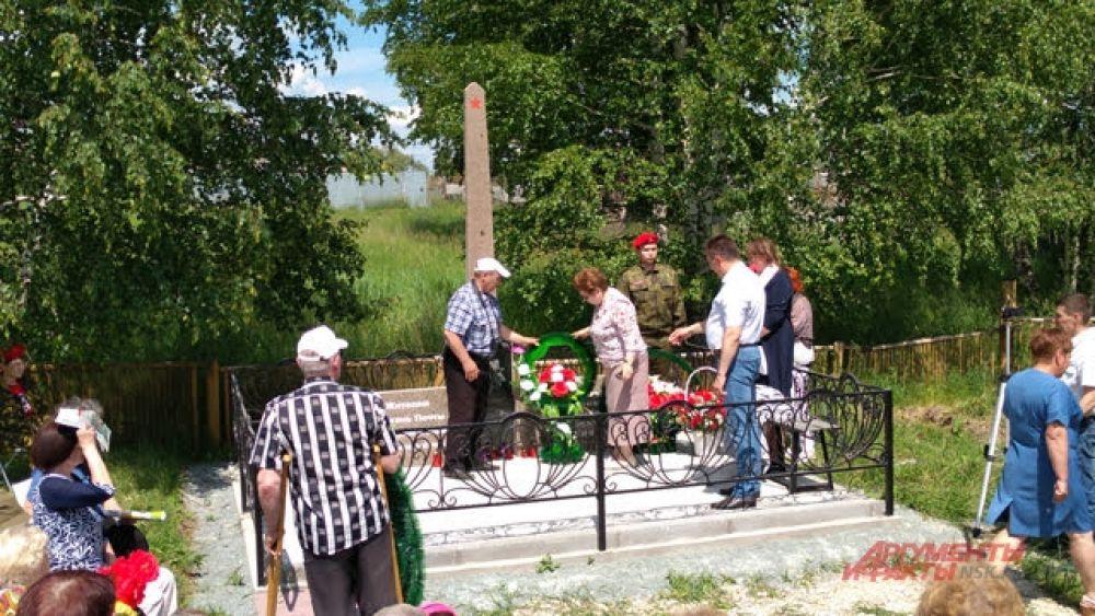 Затем к памятнику были возложены венки от организаторов и инициаторов мероприятия и от всех пожелавших почтить память павших.