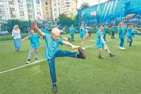 Участники лагеря «Московская смена» занимаются зарядкой.