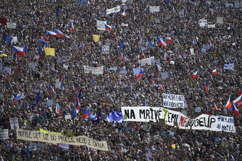 Участники акции протеста в Праге против премьер-министра Андрея Бабиша. Участники акции протеста в Праге против премьер-министра Андрея Бабиша.
