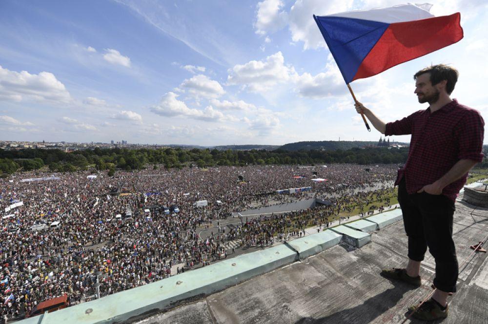 Политическая обстановка в Чехии обострилась после того, как полиция обвинила Бабиша в том, что он незаконно получил около двух миллионов евро субсидий от ЕС для фирмы.
