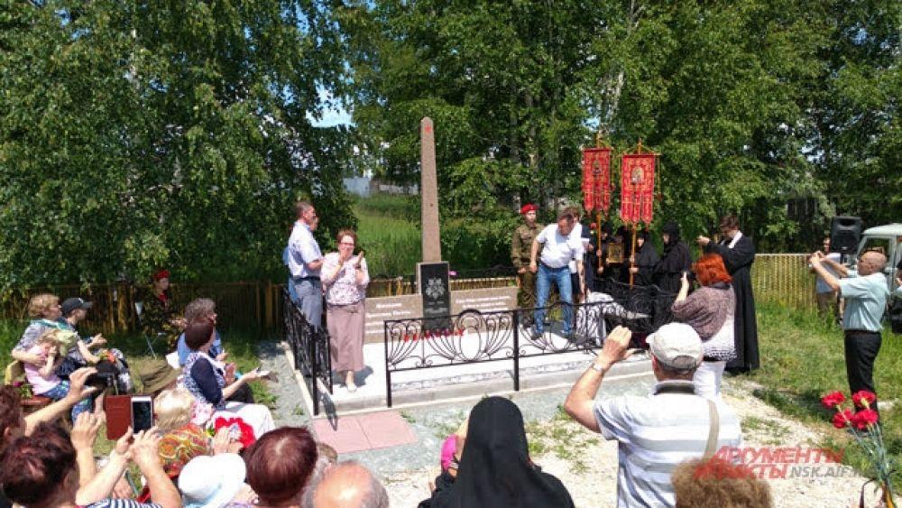 Открытие памятника сопровождалось аплодисментами участников мероприятия.