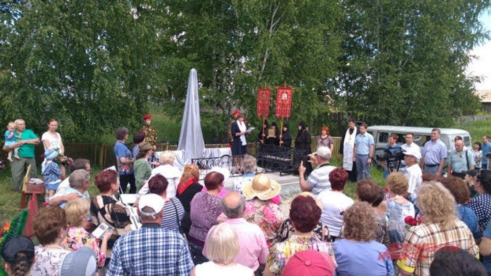 На мероприятии присутствовали представители администрации Вьюнского сельсовета и местные жители, чьи родственники участвовали в ВОВ.