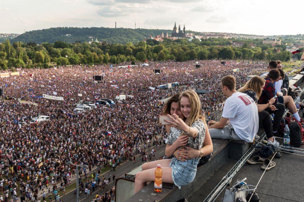 Подобный митинг на Вацлавской площади, прошедший две недели назад, собрал, по данным организаторов, около 120 тысяч человек.