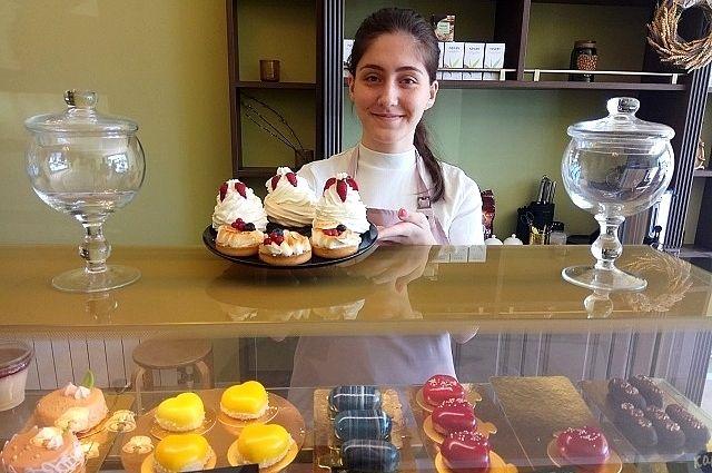 В придорожных кафе новомодные пирожные уживаются с чалтырскими пирогами.