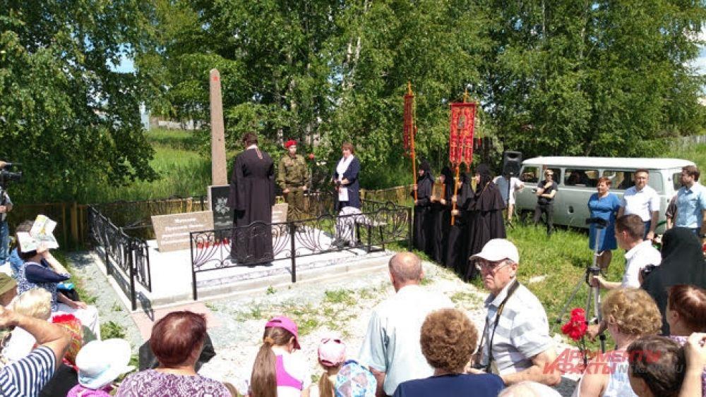 Стеллу освятили служители колыванской церкви.
