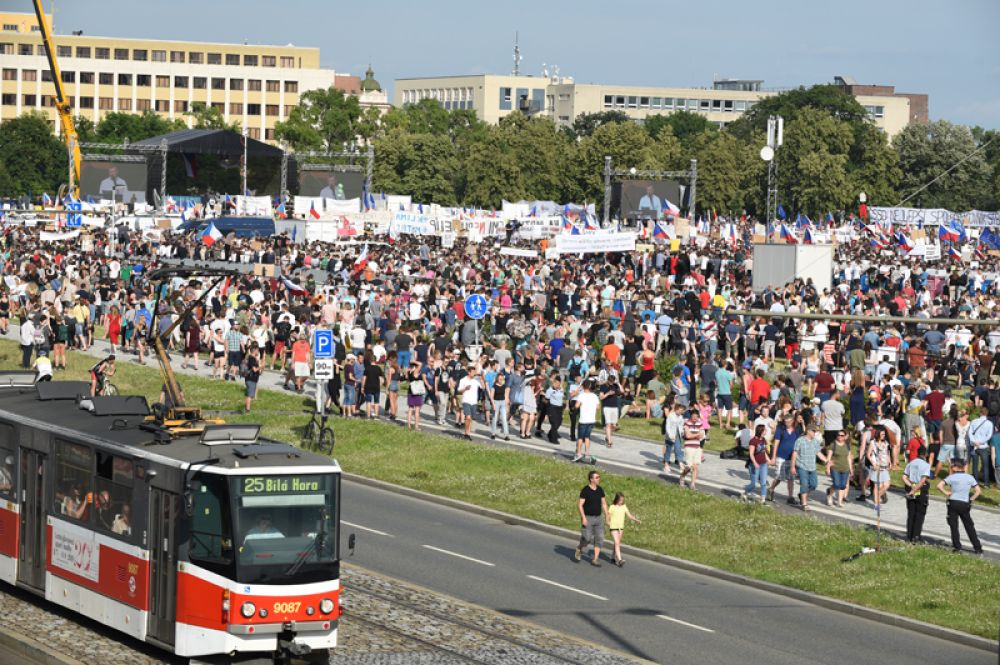 Именно здесь проходили основные митинги «бархатной» революции 1989 года.