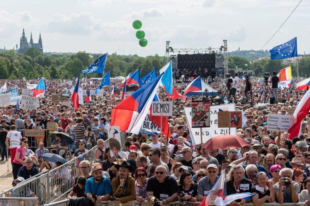 Воскресный митинг состоялся возле исторического центра Праги на Летенском поле.