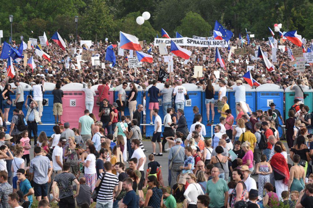 Участники акции протеста в Праге против премьер-министра Андрея Бабиша.