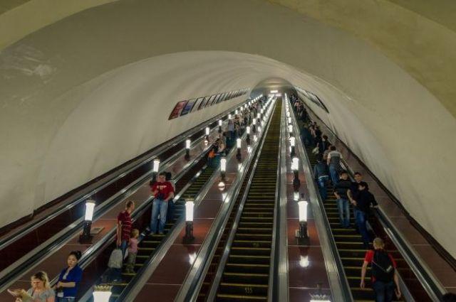 В киевском метро женщина упала с экскаватора и  разрубила себе руку