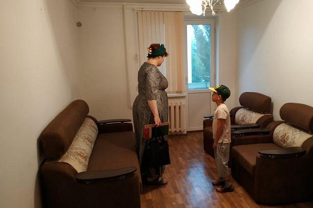 Анна с сыном обживают новую квартиру.