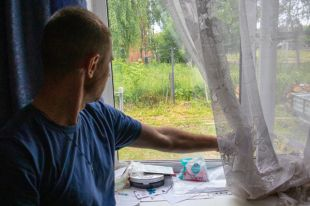 Роман Смирнов предполагает, что стены дали усадку и  из-за этого лопнули стёкла на окнах.
