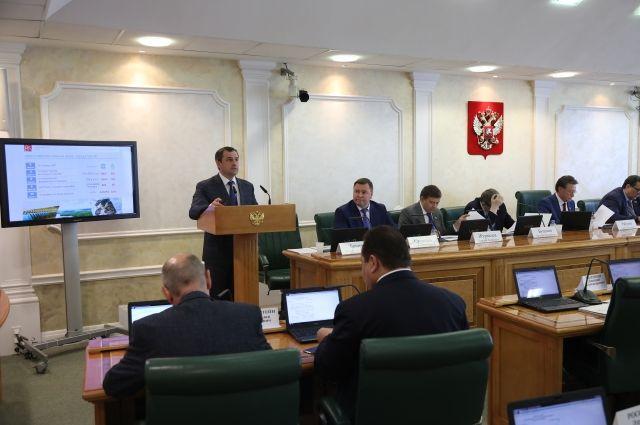 С основным докладом перед сенаторами выступил заместитель председателя правительства края - министр финансов Владимир Бахарь.