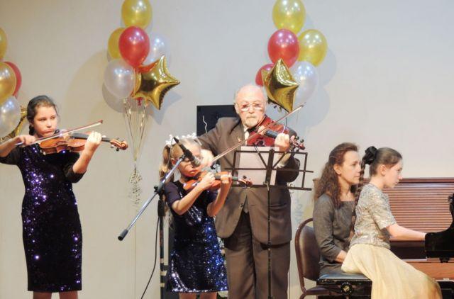 80-летие юбиляр встретил со скрипкой в руках.