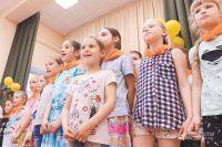 Участники лагеря поют российский гимн на празднике в честь Дня России.