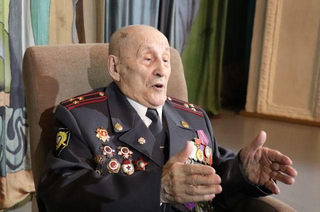Два ордена и семь медалей заслужил минометчик за 4 года боев.