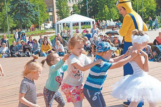 Дети веселятся набульваре Генерала Карбышева.