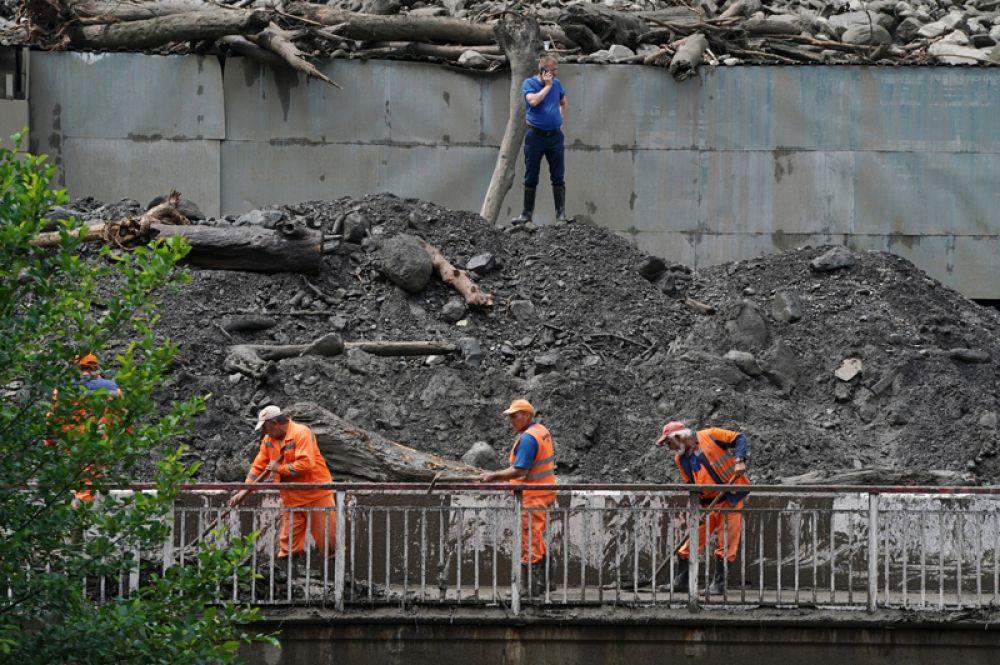 Сотрудники коммунальных служб устраняют последствия схода селевых потоков около этнографического комплекса «Моя Россия» в Сочи.