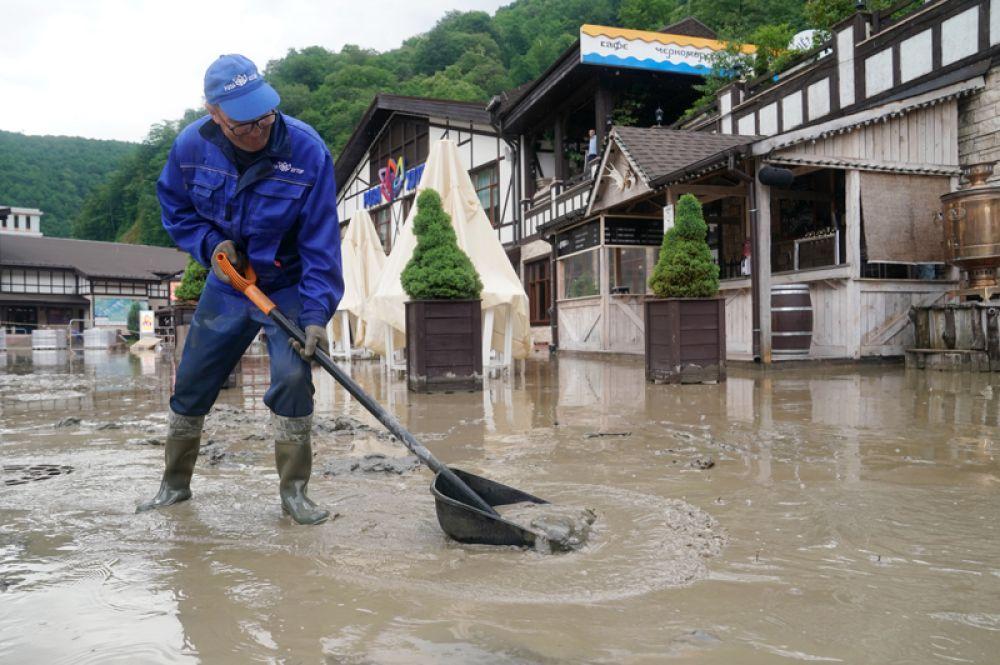 Сотрудники коммунальных служб устраняют последствия схода селевых потоков на горнолыжном курорте «Роза Хутор».