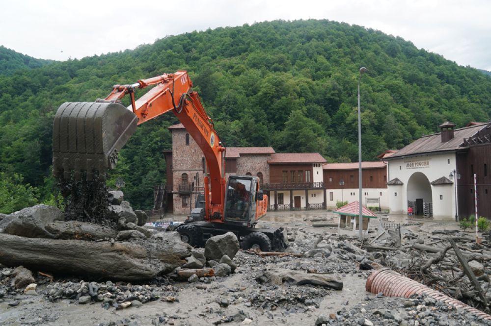 Спецтехника устраняет последствия схода селевых потоков около этнографического комплекса «Моя Россия» в Сочи.