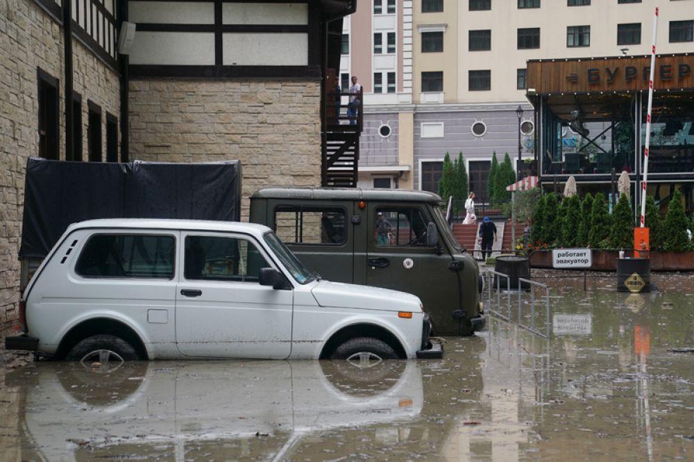 Автомобили на затопленной улице около этнографического комплекса «Моя Россия» в Сочи.