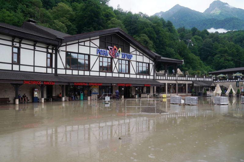 Затопленная улица на горнолыжном курорте «Роза Хутор».